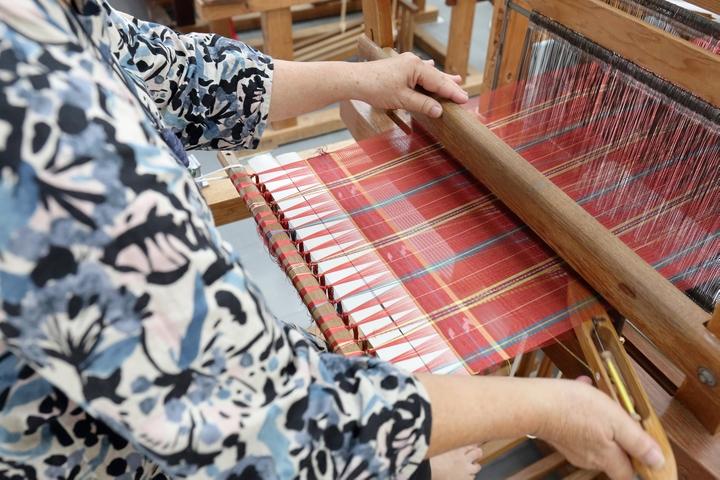 将琉球王朝时代传下来的冲绳宝物「首里织」更贴近自己的生活
