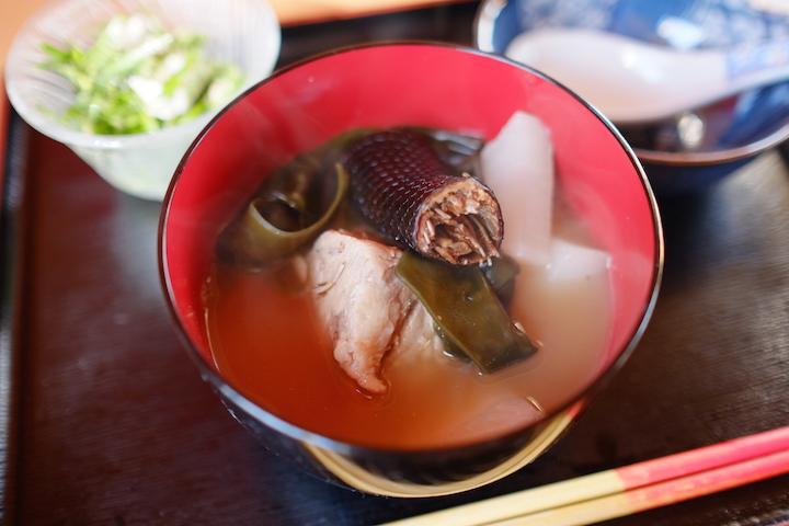 在神之岛「久高岛」的食堂「食事处とくじん」品尝传统料理蛇汤