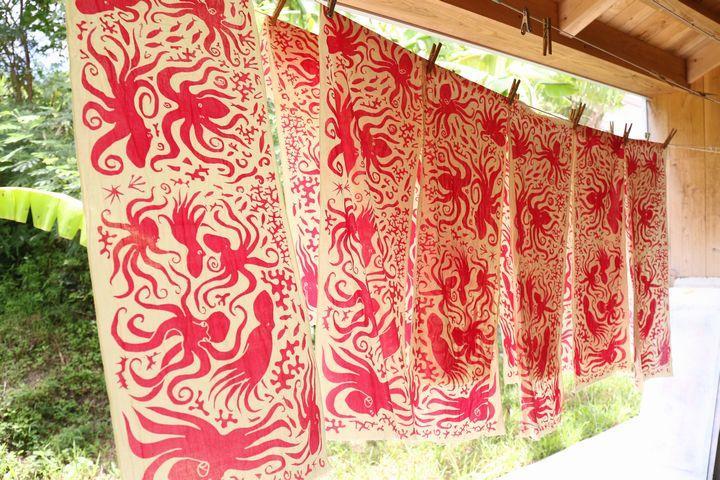 将冲绳的自然和日常, 反映在布上的纺织品上作家「Doucatty」