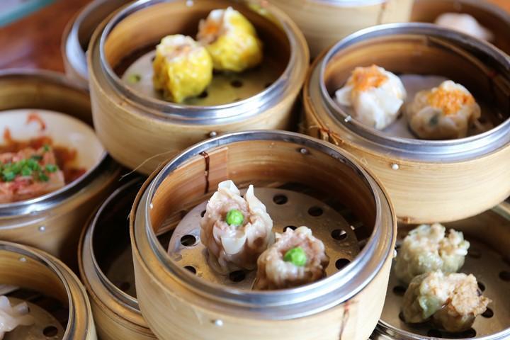 蒸得热腾腾的点心和中国茶一起享用。读谷村・Alivila日航度假酒店『金纱沙』的饮茶餐