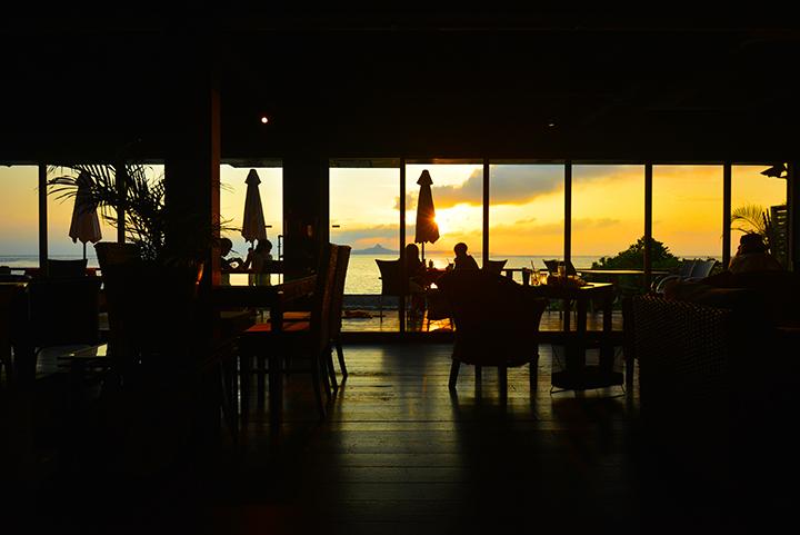 可以一边远眺日落的同时,一边享用料理的冲绳咖啡厅 3选