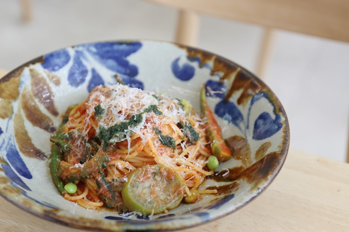 将冲绳的岛蔬菜变得更加轻松创意,在「camecame kitchen」品尝午餐意大利面